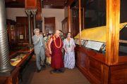Его Святейшество Далай-лама, с традиционным гавайским украшением из цветов на шее, осматривет экспозицию музея Бишопа, крупнейшего музея штата Гавайи. О-в Оаху, Гавайи. 14 апреля 2012 г. Фото: Eye of the Islands Photography