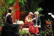 Его Святейшество Далай-лама во время лекции «Укрепление мира силой любви» в центре Стан Шерифф университета штата Гавайи. Гонолулу, штат Гавайи. 15 апреля 2012 г. Фото: JHook/Civic Beat