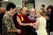 Его Святейшество Далай-лама приветствует губернатора штата Гавайи Нила Аберкромби и его супругу Нэнси Карауэй после завершения круглого стола «Роль мудрости аборигенных народов в современном мире». Гонолулу, штат Гавайи. 15 апреля 2012 г. Фото: JHook/Civic Beat