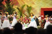 Школьники исполняют народный танец перед началом лекции Его Святейшества Далай-ламы в центре Стан Шерифф университета штата Гавайи. Гонолулу, штат Гавайи. 15 апреля 2012 г. Фото: JHook/Civic Beat