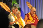 Участники круглого стола на тему «Роль мудрости аборигенных народов в современном мире», который состоялся в университете штата Гавайи, подарили Далай-ламе традиционное весло для каноэ. Гонолулу, штат Гавайи. 15 апреля 2012 г. Фото: JHook/Civic Beat