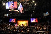 Более 9500 собрались в зале центра Стан Шериф, чтобы послушать лекцию Его Святейшества Далай-ламы «Укрепление мира силой любви». Гонолулу, штат Гавайи. 15 апреля 2012 г. Фото: JHook/Civic Beat
