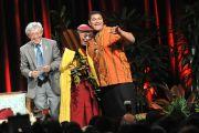 Его Святейшество Далай-лама, переводчик и учитель Джарретт Кукахумалу Суза по завершению встречи с учащимися школы Кайлуа. О-в Оаху, Гавайи. 16 апреля 2012 г. Фото: Eyes of the Island Photography