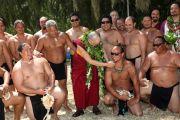 Его Святейшество Далай-лама с членами экипажа полинезийского каноэ, которое в 2013 году отправится в кругосветное плавание. О-в Оаху, Гавайи. 16 апреля 2012 г. Фото: Eyes of the Island Photography