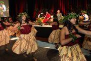 Учащиеся школы Кайлуа исполняют приветственный танец для Его Святейшества Далай-ламы. О-в Оаху, Гавайи. 16 апреля 2012 г. Фото: Eyes of the Island Photography