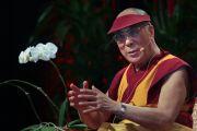 """Его Святейшество Далай-лама выступил перед учащимися школы Кайлуа с лекцией на тему """"Как развить в себе непредвзятое сострадание"""". О-в Оаху, Гавайи. 16 апреля 2012 г. Фото: Eyes of the Island Photography"""