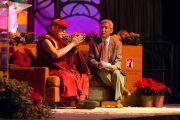 Его Святейшество Далай-лама отвечает на вопросы слушателей во время лекции в Государственном университете Сан-Диего. Сан-Диего, штат Калифорния. 19 апреля 2012 г. Фото: Тим Мантоани
