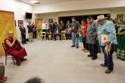 Представители племени индейцев Кумейаай исполняют традиционную народную песню на встрече с Его Святейшеством Далай-ламой. Сан-Диего, штат Калифорния. 19 апреля 2012 г. Фото: Тим Мантоани