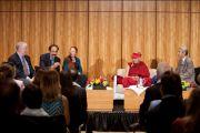 Его Святейшество Далай-лама и другие участники дискуссии в Научно-исследовательском институте Скриппа. Сан-Диего, штат Калифорния. 19 апреля 2012 г. Фото: Тим Мантоани