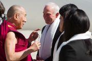 Его Святейшество Далай-ламу в аэропорту Сан-Диего встречал мэр города Джерри Сандерс. Сан-Диего, штат Калифорния. 17 апреля 2012 г. Фото: Тим Мантоани
