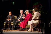 Его Святейшество Далай-лама и другие участники дискуссии об изменениях климата в Калифорнийском университете в Сан-Диего. Сан-Диего, штат Калифорния. 18 апреля 2012 г. Фото: Тим Мантоани