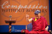 Его Святейшество Далай-лама отвечает на вопросы слушателей во время лекции в Калифорнийском университете в Сан-Диего. Сан-Диего, штат Калифорния. 18 апреля 2012 г. Фото: Тим Мантоани