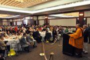 Его Святейшество Далай-лама выступает с обращением к гостям на обеде. Лонг-Бич, штат Калифорния. 20 апреля 2012 г. Фото: Don Farber