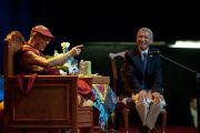 """Его Святейшество Далай-лама и переводчик Туптен Джинпа во время лекции """"Поиски мира в трудные времена"""". Лонг-Бич, штат Калифорния. 22 апреля 2012 г. Фото: Don Farber"""