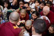 Его Святейшество Далай-ламу встречают в гостинице по прибытию в Лонг-Бич, штат Калифорния. 20 апреля 2012 г. Фото: Don Farber