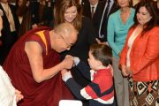Его Святейшество Далай-лама здоровается с юным поклонником по прибытии в Оттаву, Канада. 27 апреля 2012 г. Фото: Fred Cattroll