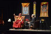 "Его Святейшество Далай-лама отвечает на вопросы из зала после лекции ""Этика для всего мира"". Оттава, Канада. 28 апреля 2012 г. Фото: Fred Cattroll"
