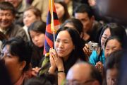 Члены тибетской диаспоры слушают Его Святейшество Далай-ламы в Гражданском центре. Оттава, Канада. 28 апреля 2012 г. Фото: Fred Cattroll