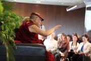 Его Святейшество Далай-лама на встрече со студентами и сотрудниками университета Оттавы.  Оттава, Канада. 27 апреля 2012 г. Фото: GazetteUO