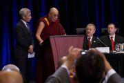Его Святейшество Далай-лама выступает с обращением к участникам Шестой всемирной встречи парламентариев по проблеме Тибета. Оттава, Канада. 27 апреля 2012 г. Фото: tibetonline.tv