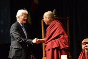 Актер Ричард Гир представляет Его Святейшество Далай-ламу перед началом лекции. Оттава, Канада. 28 апреля 2012 г. Фото: Fred Cattroll