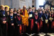 Его Святейшество Далай-лама и юные певчие собора Св. Павла на церемонии вручения Его Святейшеству Темплтоновской премии. Лондон, Великобритания. 14 мая 2012 г. Фото: Тензин Такла