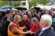 Его Святейшество Далай-лама приветствует своих почитателей после завершения церемонии вручения Темплтоновской премии в соборе Св. Павла. Лондон, Великобритания. 14 мая 2012 г. Фото: Тензин Такла