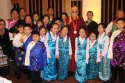 Его Святейшество Далай-лама и юные тибетцы, участники ансамбля, исполнившего приветственную песню на приеме после церемонии вручения Его Святейшеству Темплтоновской премии в соборе Св. Павла. Лондон, Великобритания. 14 мая 2012 г. Фото: Тензин Такла