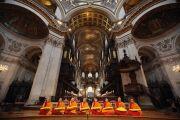 Буддийские монахи читают молитву в соборе Св. Павла перед началом церемонии вручения Его Святейшеству Далай-ламе Темплтоновской премии. Лондон, Великобритания. 14 мая 2012 г. Фото: Getty Images