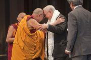 На церемонии вручения Темплтоновской премии в соборе Св. Павла Его Святейшество Далай-лама по тибетской традиции преподнес Джону М. Темплтону белый церемониальный шарф. Лондон, Великобритания. 14 мая 2012 г. Фото: Clifford Shirley