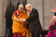 Джон М. Темплтон вручает Его Святейшеству Далай-ламе Темплтоновскую премию за 2012 год в соборе Св. Павла. Лондон, Великобритания. 14 мая 2012 г. Фото: Clifford Shirley