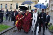 Его Святейшество Далай-лама направляется в университет Марибора в сопровождении ректора Даниэля Реболжа. Марибор, Словения. 16 мая 2012 г. Фото: Тенизн Такла (Офис ЕСДЛ)