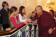 """Его Святейшество Далай-лама приветствует своих юных поклонников перед началом конференции """"Марибор за мир"""". Марибор, Словения. 16 мая 2012 г. Фото: Тенизн Такла (Офис ЕСДЛ)"""