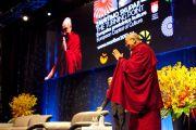 """Его Святейшество Далай-лама приветствует аудиторию перед началом лекции """"Развитие умиротворения ума"""". Марибор, Словения. 16 мая 2012 г. Фото: Sami Rahim"""