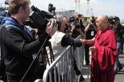 Его Святейшество Далай-лама здоровается с журналистами по прибытии в аэропорт Марибора, Словения. 15 мая 2012 г. Фото: Джереми Рассел (Офис ЕСДЛ)
