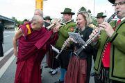 Его Святейшество Далай-лама шутливо приветствует музыкантов традиционного духового оркестра земли Каринтия. Клагенфурт, Австрия. 18 мая 2012 г. Фото: Тензин Чойджор (Офис ЕСДЛ)