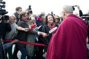 Его Святейшество Далай-лама общается с прессой в аэропорту. Клагенфурт, Австрия. 18 мая 2012 г. Фото: Тензин Чойджор (Офис ЕСДЛ)
