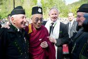 Его Святейшество Далай-лама примерил шапочку одного из музыкантов духового оркестра, приветствовавшего его по прибытии в Хуттенберг, Австрия. 18 мая 2012 г. Фото: Тензин Чойджор (Офис ЕСДЛ)