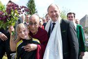 Его Святейшество Далай-лама позирует для фотографии со своим юным почитателем на месте будущего Тибетского центра. Кнаппенберг, Австрия. 18 мая 2012 г. Фото: Тензин Чойджор (Офис ЕСДЛ)
