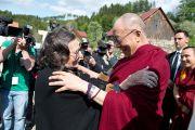 В Кнапеенберге, где планируется построить Тибетский центр, Его Святейшество Далай-лама встретил много старых друзей. Кнаппенберг, Австрия. 18 мая 2012 г. Фото: Тензин Чойджор (Офис ЕСДЛ)