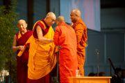 Его Святейшество Далай-лама благодарит монахов школы Тхеравада, прочитавших Сутру Сердца на пали перед началом учений. Клагенфурт, Австрия. 18 мая 2012 г. Фото: Тензин Чойджор (Офис ЕСДЛ)