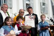 Мэр города Кристиан Шейдер вручил Его Святейшеству Далай-ламае золотую медаль Клагенфурта. Клагенфурт, Австрия. 18 мая 2012 г. Фото: Тензин Чойджор (Офис ЕСДЛ)