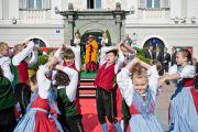 Его Святейшество Далай-лама с удовольствием смотрит выступление детей на площади перед ратушей. Клагенфурт, Австрия. 18 мая 2012 г. Фото: Тензин Чойджор (Офис ЕСДЛ)