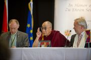 Его Святейшество Далай-лама на встрече с журналистами в перерыве учений. Клагенфурт, Австрия. 18 мая 2012 г. Фото: Тензин Чойджор (Офис ЕСДЛ)