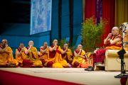 Его Святейшество Далай-лама показывает технику медитации во время послеобеденной сессии учений. Клагенфурт, Австрия. 19 мая 2012 г. Фото: Тензин Чойджор (Офис ЕСДЛ)