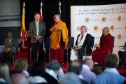 Его Святейшество Далай-лама обращается с краткой речью к выпускникам учебной программы Тибетского центра. Клагенфурт, Австрия. 19 мая 2012 г. Фото: Тензин Чойджор (Офис ЕСДЛ)