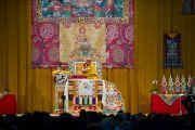 На утренней сессии учений Его Святейшество Далай-лама даровал посвящение Будды Медицины. Клагенфурт, Австрия. 19 мая 2012 г. Фото: Тензин Чойджор (Офис ЕСДЛ)
