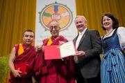 Губернатор Каринтии Герхард Дерфлер вручил Его Святейшеству Далай-ламе злотую медаль Каринтии. Клагенфурт, Австрия. 20 мая 2012 г. Фото: Тензин Чойджор (Офис ЕСДЛ)