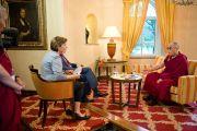 Его Святейшество Далай-лама дает интервью Дорис Аппель, возглавляющей отдел религии ORF-TV. Клагенфурт, Австрия. 20 мая 2012 г. Фото: Тензин Чойджор (Офис ЕСДЛ)