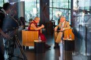 Его Святейшество Далай-лама дает интервью, в котором делится воспоминаниями о Генрихе Харрере и Питере Ауфшнайтере, двух австрийцах, которые пробудили в нем интерес к Европе и современным технологиям. Зальцбург, Австрия. 20 мая 2012 г. Фото: Тензин Чойджор (Офис ЕСДЛ)